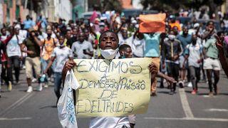 Cerca de 100 manifestantes marcharam em Luanda para exigir a demissão de Edeltrudes Costa