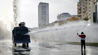 آلية تابعة للشرطة البيلاروسية ترش المياه على متظاهر