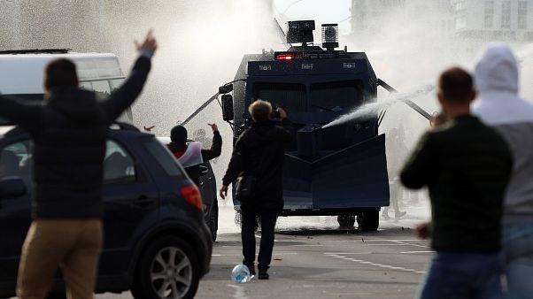 Демонстранты против водометов