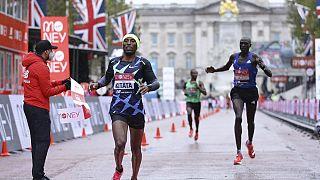 Ο Σούρα Κιτάτα τερματίζει πρώτος στο Μαραθώνιο του Λονδίνου