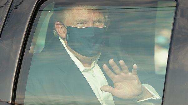 Trump in schwarzem Regierungs-SUV vor Walter Reed Medical Center in Bethesda (Maryland) 4. Oktober 2020