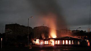 مبنى في منطقة سكنية يحترق بعد قصف ليلي من المدفعية الأذربيجانية خلال النزاع العسكري
