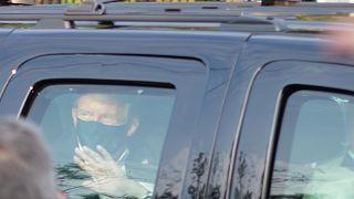 Koronavirüse yakalanan ABD Başkanı Donald Trump, 3 gündür hastane önünde kendisini destekleyen kalabalığı makam aracından selamladı