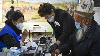 Kırgızistan'da 4 siyasi parti yüzde 7'lik barajı aşarak 120 sandalyeli meclise girmeye hak kazandı
