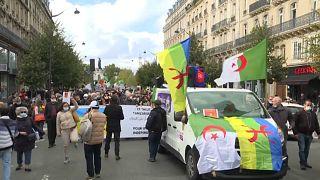 جزائريون يتظاهرون في فرنسا