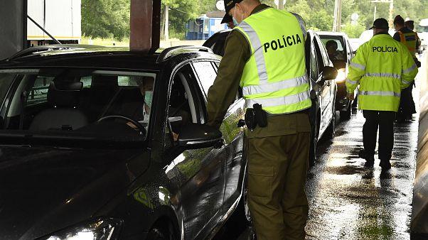 Rendőrök ellenőrzik a személyforgalmat a vámosszabadi határátkelőhelyen, a magyar-szlovák határon 2020. június 5-én