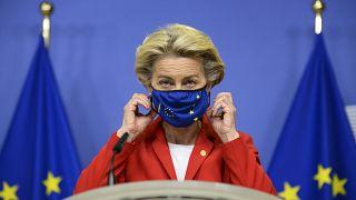 Ursula von der Leyen leveszi a maszkját egy bejelntés előtt 2020. október 1-én