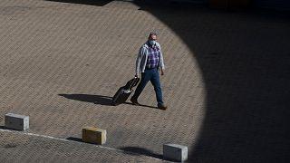 Un pasajero llega a la estación de tren de Atocha en Madrid, España, el sábado 3 de octubre de 2020.