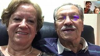 Raquel y Eduardo, de 71 y 70 años respectivamente, hablan con su hijo y su nieto por videollamada.