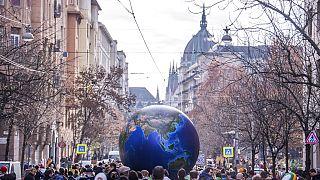 2019. november 29-én a  Fridays For Future Hungary és az Extinction Rebellion Hungary fiatal aktivistái tüntettek a parlamentnél