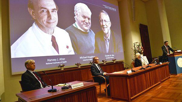 Anuncio de los laureados del Nobel de Medicina de 2020. Harvey J. Alter, a la izquierda en la pantalla, Michael Houghton, en el centro, y Charles M. Rice
