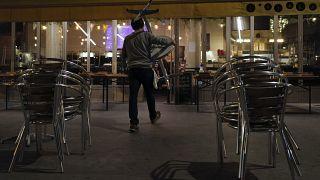 Philippe Cotonnec del Bar Atalante carga mesas para cerrar una terraza del bar en París, el lunes 28 de septiembre de 2020.