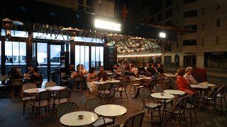 Fransa'nın başkenti Paris'te bir cafe