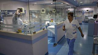 مرضى كوفيد-19 في لبنان يستجدون أسرّة شاغرة في العناية الفائقة