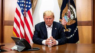 A Fehér Ház sajtószolgálatDonald Trump telefonon beszél Mike Pence alelnökkel a Bethesdában lévő Walter Reed katonai kórház konferenciatermében 2020. október 4-én