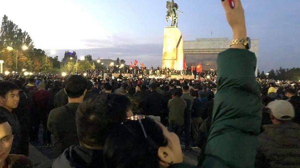 Yönetimi protesto eden Kırgızlar başkent Bişkek'in en büyük meydanında toplandı