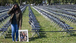 Covid-19'dan ölenler anısına dizilen sandalyeler