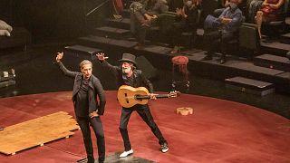 """Israel Galván y el guitarrista Caracafé interpretan el espectáculo """"Gatomaquia"""" en la Bienal de Flamenco de Sevilla."""