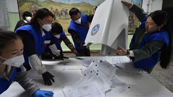 Operazioni di spoglio in un seggio elettorale in Kirghizistan