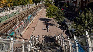 A Vallecas, quartiere periferico di Madrid, praticamente c'è una sola persona in giro.