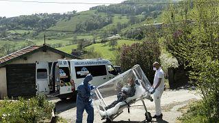 Un malade du Covid-19 rentre chez lui, près de la commune de St-Vérand, le 11 avril 2020
