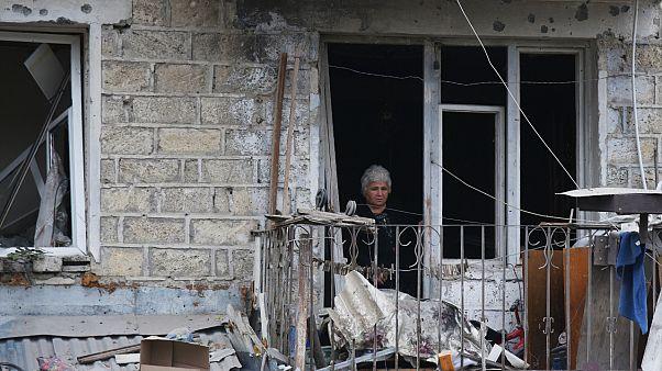 امرأة في منطقة سكنية بعد القصف المدفعي، أذربيجان.