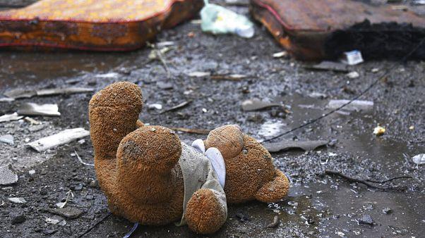 Un ours en peluche gisant sur le sol dans un quartier résidentiel bombardé de Stepanakert, Haut-Karabakh, 4/10/2020