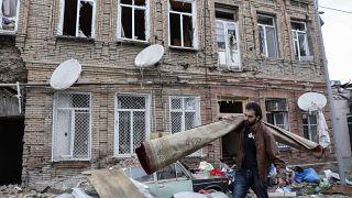 Edificios en una zona residencial de Ganyá, Azerbaiyán, dañada por los bombardeos de las fuerzas armenias, el 5 de octubre de 2020.