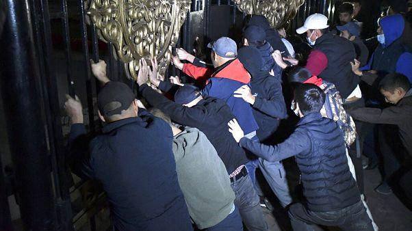 Manifestantes invadiram o parlamento do Quirguistão