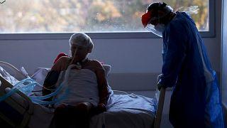 Covid hastasıyla ilgilenen bir sağlık çalışanı/arşiv