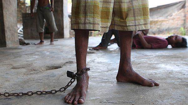 Endonezya'da ruh sağlığı sorunu yaşayanların ve ayaklarından zincirlenen kişiler