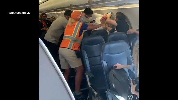 شركات الطيران تفرض على الركاب لبس أقنعة الوجه خلال رحلاتها بسبب فيروس كورونا