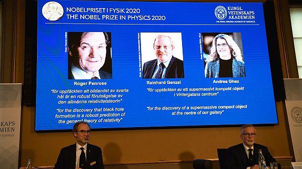 Le nom des trois lauréats du prix Nobel de physique 2020 après avoir leur révélation par l'Académie royale des sciences de Suède, à Stockholm le 6 octobre 2020