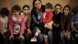 عائلة أرمينية تتتخذ ملجأ لها تجنبا للقصف في ناغورني قره باغ.