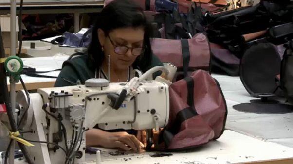 Produção de malas a partir de tela publicitária