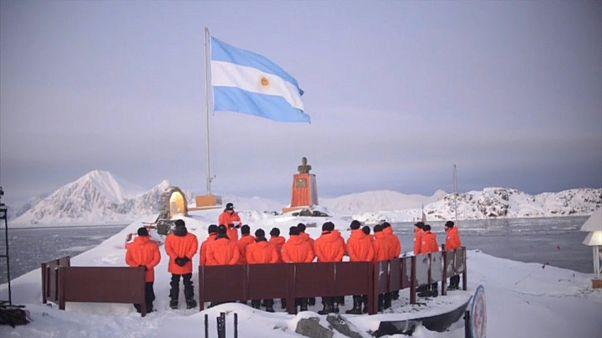 Argentinisches Antarktispersonal bei einer Zeremonie.