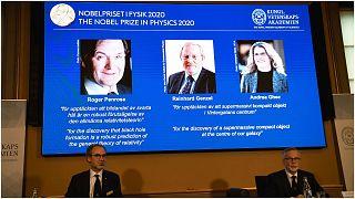 أعضاء الأكاديمية الملكية السويدية للعلوم خلال الإعلان عن الفائزين بجائزة نوبل في الفيزياء لعام 2020