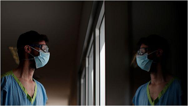 أحد العاملين في مجال الرعاية الصحية بالأرجنتين
