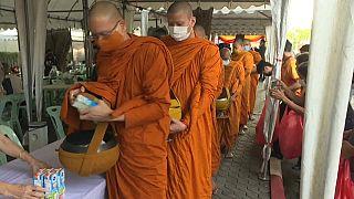 رهبان يصطفون في بانكوك ساتعدادا لمنح الصدقات.