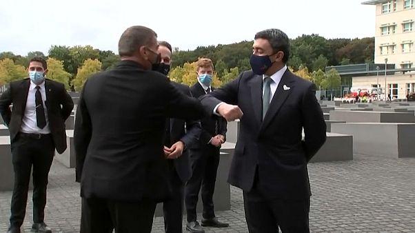 أول لقاء بين وزيري خارجية الامارات وإسرائيل في نصب المحرقة في برلين
