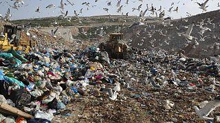Una foto del 2018 della discarica di Fyli, nei pressi di Atene. La Grecia è uno dei paesi europei che ha il minor tasso di riciclo della plastica