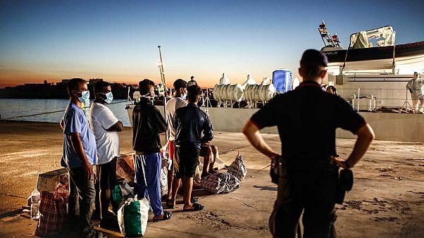 Lampedusa, luglio 2020. Un gruppo di migranti si preparata a lasciare l'isola di Lampedusa a bordo della nave Peluso