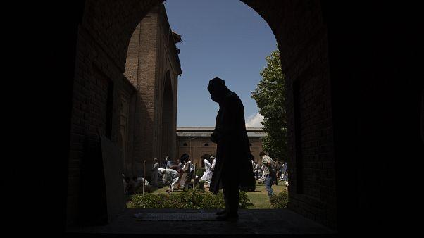 مسلم من كشمير يؤدي صلاته في مسجد في سريناغار، الجزء الواقع تحت سيطرة الهند. 2020/08/21