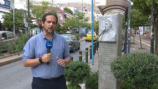 Корреспондент Панос Кицикопулос у памятника убитому музыканту-антифашисту в Афинах.