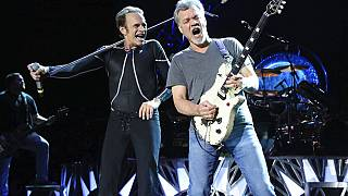 Le guitariste Eddie Van Halen et le chanteur David Lee Roth sur scène en 2015 à Wantagh, N.Y.
