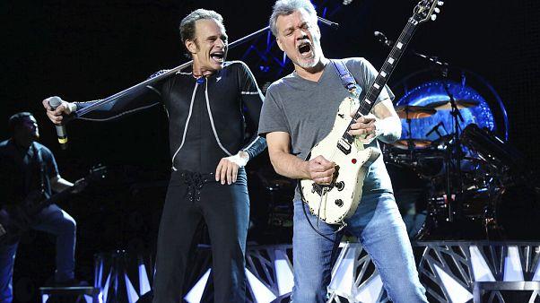 Le guitariste Eddie Van Halen et le chanteur David Lee Roth sur scène en 2015 à Wantagh, N.Y.