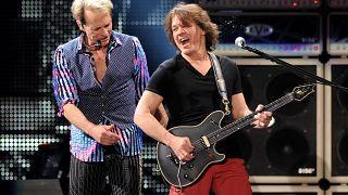 Eddie van Halen (rechts neben David Lee Roth) im Jahr 2012