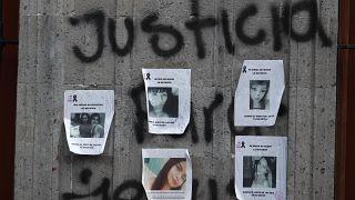 Retratos de víctimas de feminicidios en el exterior de la Comisión Nacional de Derechos Humanos, México 8 de septiembre de 2020