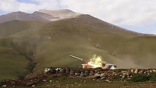 Azerbaycan Savunma Bakanlığı tarafından servis edilen fotoğrafta, Azeri birlikleri ateş ederken