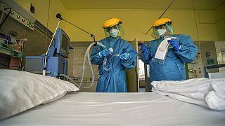 A lélegeztetőgépet ellenőrzik a COVID-19 fertőzött betegek gondozási osztályán a budapesti Korányi Intézetben.